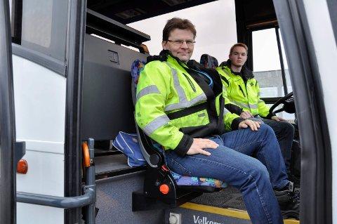 Lærer Arnt Myran ved Hønefoss videregående skole og bussjåførlærling Victor Høy Ree-Lindstad.