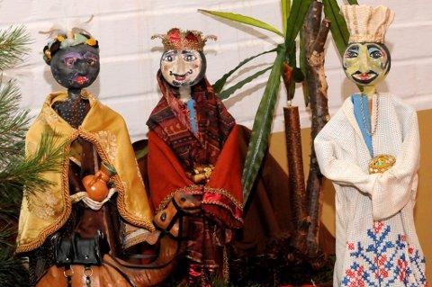 De tre vise menn i en julekrybbe i Hole kirke. Men hva heter de?
