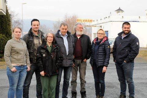 F1Clean bilvask på Jevnaker møter motstand fra naboene i Kirkegata. Fra venstre Yvette Hvinden, Lars Brenna, Arnhild Ballangrud, Jon Todal, Torfinn Aschim, Anne Elnæs og Kim Karlsen.