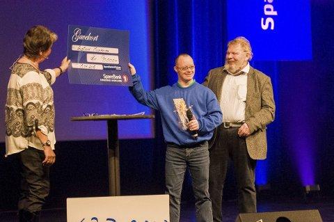 Morten Johannessen Hagen og Roar Hammerstad fikk en 90.000 kroners sjekk til kjøp av nye uniformer fra Kristin Ruud og Sparebankstiftelsen Ringerike.