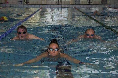 SVØMTE LANGT: Linda Høglund (foran), Øystein Thoresen (til venstre) og Henning Skaret var tre av svømmerne som tilbakela aller flest meter i bassenget på Ringeriksbadet i de tre første månedene i år.
