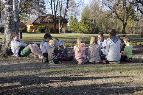 Her har småspeiderne høytlesing i Søndre park.