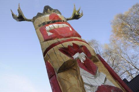 Totemet «Olsen» står plassert foran Slottet i Sundgata 44.