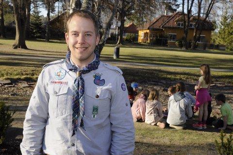 Christian Hagen er gruppeleder for speideren i Hønefoss. Her har småspeideren høytlesning i Søndre park.