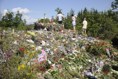BLOMSTERHAV: Steinen ved Lia på Utstranda er dekket av et blomsterhav. Hit kommer folk fra fjern og nær for å legge ned blomster etter Utøya-tragedien.