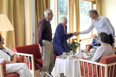 Jonas Gahr Støre besøkte Hvelven omsorgssenter for omvisning og orientering om dementsatsning på Ringerike.