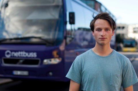 Kjell André Jacobsen synes busstilbudet rundt Hønefoss er altfor dårlig, og håper både Brakar og kommunen tar tak i problemet.