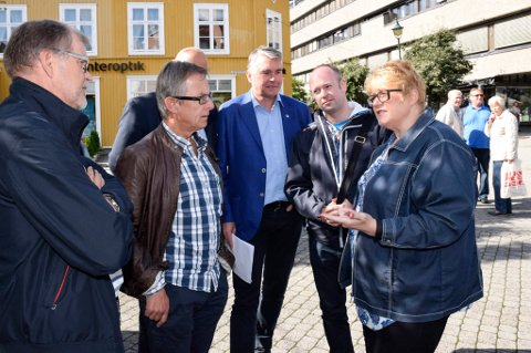 Trine Skei Grande (V), Jørund Rytman (Frp) og Trond Helleland (H) lovte Jan Erik Gjerdbakken (til venstre) og norsk næringsliv mindre plunder og heft. Helge Stiksrud (V) tror at Regelrådet særlig vil hjelpe småbedriftene.