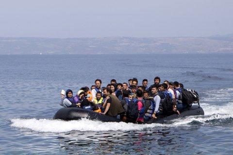 Flyktninger ankoemmer Lesbos.