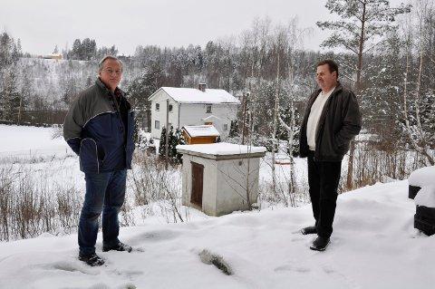 Olav Simon og leder for Nybyen vannverk Arild Andersen er skeptisk til rapport om diesellekkasje ved Hen grustak. De frykter vannet deres er helseskadelig. Nå skal vannet testes.