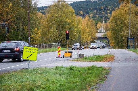 Lysreguleringen ved brua over Sogna ved Ask blir stående lenge. Rekkverk og føringskanter skal byttes ut.