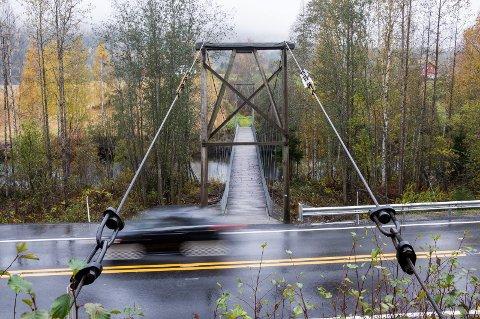 Statens vegvesen vil rive hengebrua ved Borglund. Men beboerne i området sier det er uaktuelt.