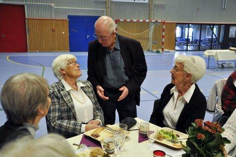 Gerd Dahl, Arne Dahlen og Hilde Wang i diskusjon om de nye teknologiske tilskuddene kommunen planlegger.