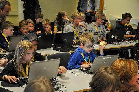 250 engasjerte barn og unge brukte helga på å lære programmering på junior-hackathon i fjor.