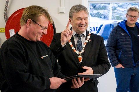Jan Kasa og ordfører Kjell B. Hansen ved åpningen av det nye renseanleggetp på Nes i Ådal. Et trykk med pekefingeren til ordføreren var alt som skulle til for å sette i gang anlegget.