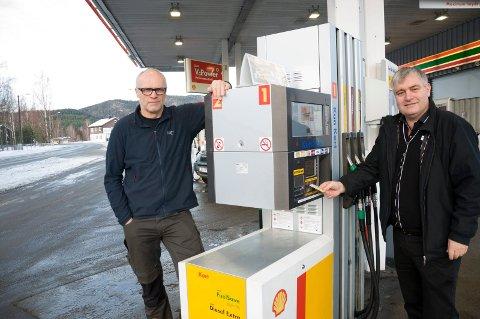 Anders H. Holte og Ole Bjarne Strømmen har håpet på bedre bredbånd og telefon på Nes. Nå får de ønsket oppfylt. For Strømmen betyr det en slutt på gjentatte problemer med kortbetaling ved pumpene på bensinstasjonen.