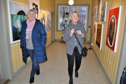 Julemarked: Kristin Ask ser på Helle Storskogens kunst.