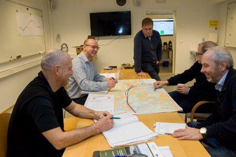 Jan Helge Østlund og Jan Erik Gjerdbakken (til høyre) fra Samferdselshistorisk senter møter Börje Karlsson, Ivar Olsen og Ole Einar Gulbrandsen.