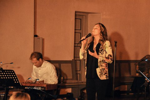 Hellige natt: Kristin Bjerkerud fylte Norderhov kirke med gåtefull klang.