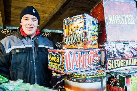 Johan Martin Schjong selger fyrverkeri ved Spar på Sundvollen. Han har vært gjennom kursing hos Norsk brannvernforening i forkant av fyrverkerisesongen.