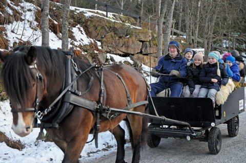 Også i år blir det kanefart med hest og vogn, samt ponniridning, når Kleivstua inviterer til julemarked. Bildet er fra julemarkedet i 2016.