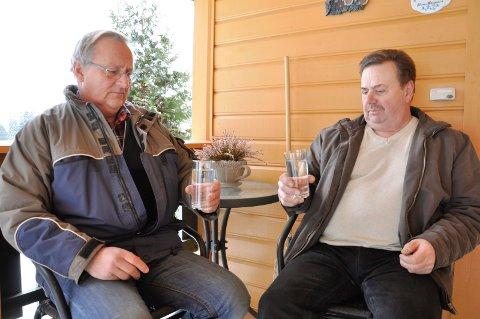 Olav Simon og leder for Nybyen vannverk Arild Andersen er skeptisk til rapport om diesellekkasje på Hensmoen. De frykter vannet deres er helseskadelig.