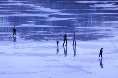 Ikke gjør dette! Isen på Steinsfjorden er ikke trygg. Bildet er tatt en kald vinterdag med tykk og trygg is.