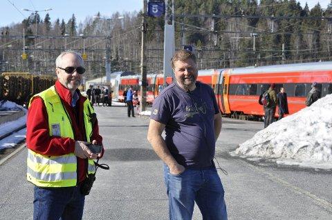 Jan Helge Østlund og Brynjulv Wasa. (Er det Fassbender i frakk ved toget?)