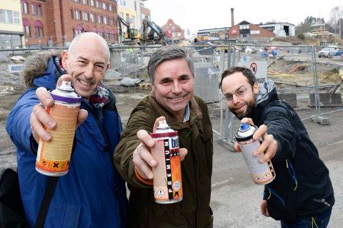 Haakon Tronrud er opptatt av å få et finere byrom til sommeren. Det skal Børge Brekke (til venstre), Lars Erik Smelhus Andreassen og byens graffitikunstnere bidra til.