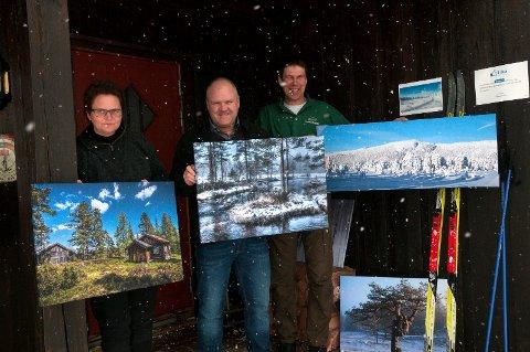Bjørn Oset henger opp fotografier på Tosseviksetra. Her er han sammen med vertskapet Odden Strande.