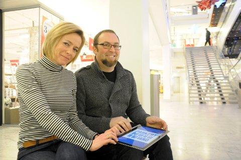 Senterleder Anne Trine Høibakk og Ole Kristian Odden gleder seg til å få pianoet på plass.