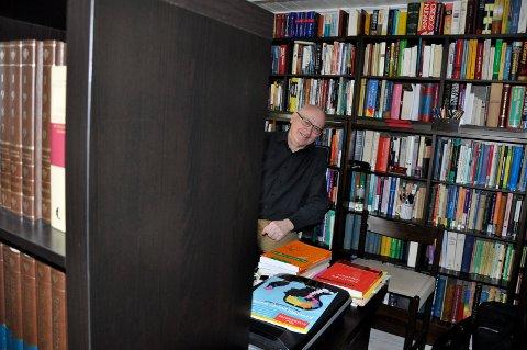 Rolf Theil har et rikt utvalg av ordbøker i professorale bokhyller.