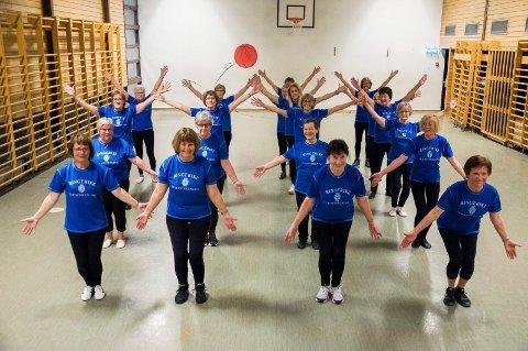 Seniorgruppa i Ringerike turnforening samler et tyvetalls voksne turnere. Der øver de blant annet inn programmet til turnstevnet, som i år var i Kristiansand.