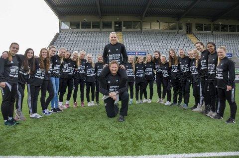 Trenerne Jan Gundro Torstensen og Silje B. Nyhagen har stor tro på jentene som spiller for HBK i 3. divisjon.