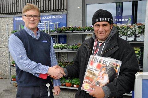 Knut Tveter på Rema 1000 Eikli har gitt gatearbeider/ selger Constantin Stamate tillatelse til å selge magasiner utenfor butikken.