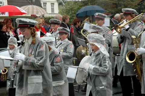 Det var ingen spøk å spille korps 17. mai i 2008. Om morgenen hadde det snødd, bildene tyder på at nedbøren gikk over til regn utpå dagen.