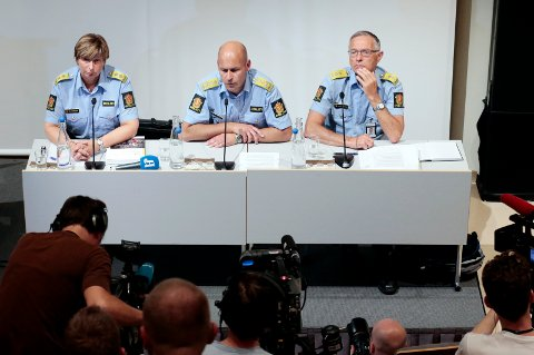 Daværende politimester Anstein Gjengedal (til høyre), sammen med daværende politimester i Nordre Buskerud Sissel Hammer og daværende politidirektør Øystein Mæland. Bildet er fra under politiets pressekonferanse hvor de gir sine foreløpige kommentarer til 22. julirapporten i august 2012.