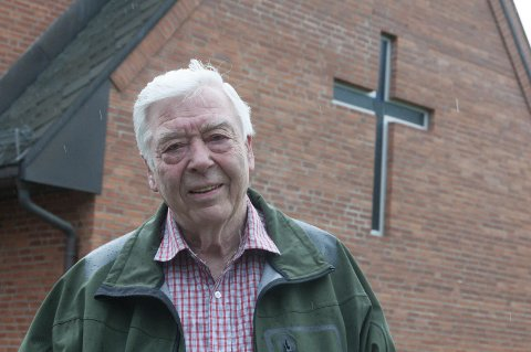 Arne Raastad er stolt av Ullerål kirke. Han har vært med i planleggingen av kirken med den gode akustikken.