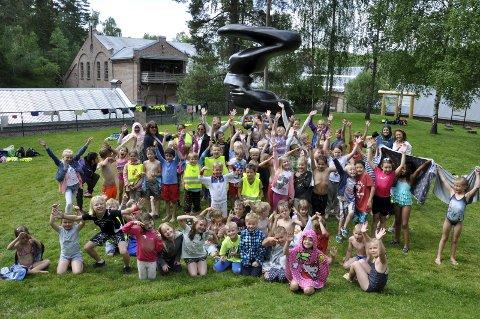 Aktiv sommer-unger besøkte Kistefos-Museet i 2016. Nå kommer alle under 18 år gratis inn.
