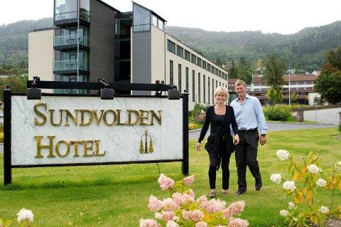 Cecilie Laeskogen og Tord Moe Laeskogen ved Sundvolden hotell håper den nye konferansehallen kan stå ferdig høsten 2017.