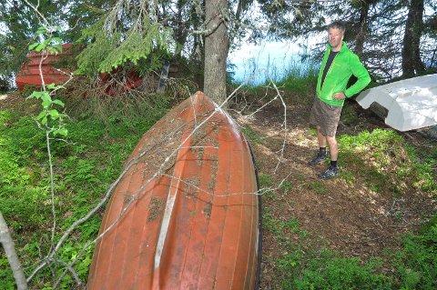 Frank Holthe i Øyangen Vel mener båtvrakene ødelegger idyllen, og oppfordrer til å rydde opp.
