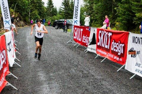 Etter drøyt 17 minutters løping var det 15 år gamle Magnus Tuv Myhre fra Jevnaker som dukket opp først ved målseilet.