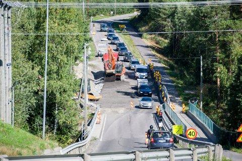 Trafikken er lysregulert ved Tyristrand mens det skiftes ut masser på riksvei 35.