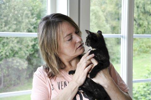 Heidi Halvorsen, leder i Dyrebeskyttelsen Ringerike, sammen med en av fire kattunger som klargjøres for nye hjem.