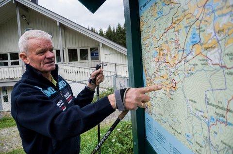 Tore Gullen viser på kartet hvor det nye skianlegget på Myrskogen er planlagt.