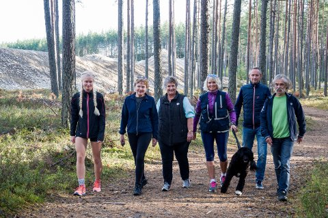 Denne flokken håper å kunne gå turer på Kilemoen også i årene som kommer. Fra venstre: Ida Bolette Enerhaugen, Mary Blikken Gravdal, Anette Coucheron, Kari Arnestad med Nico, Lars Inge Arnevik og Olav Relling.