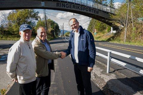 Harald Berg og Svein Solheim er fornøyde med at Ketil Solvik-Olsen setter av 100 millioner kroner til ny E16 forbi Sollihøgda.