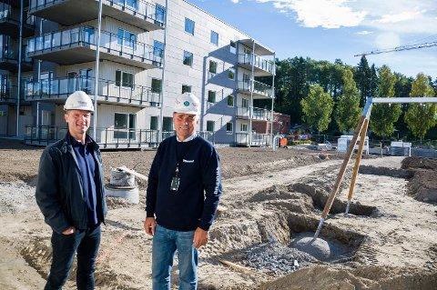 Thomas Rustad og Haakon Tronrud utenfor Sankthanshagen. Her var første byggetrinn fullført; nå er halvparten av leilighetene i byggetrinn 2 solgt.