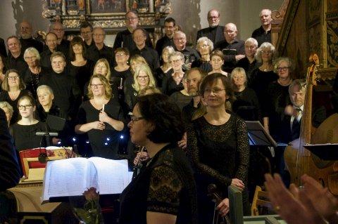 KOR OG ORKESTER: Ringerike Vocalis og Barokkanerne, med dirigent Grethe Ulversøy og den sprell levende bratsjisten Mari Giske i forgrunnen.