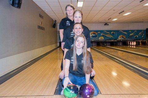 Damelaget til Ringerike bowlingklubb spiller for opprykk. Forfra: Helene Johanne Johnsen, Tonje Färber, Marie Paulsson Berg og Kjerstin Simarud Solbakken.